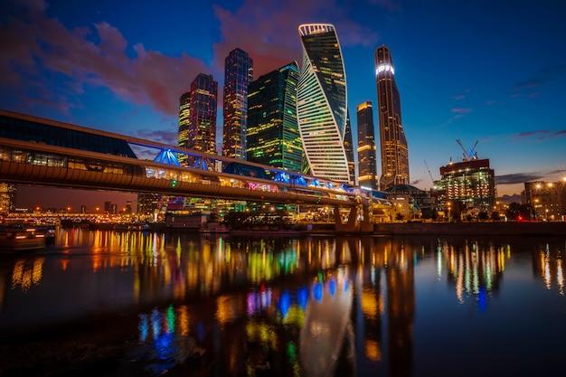 Moderni grattacieli della città di mosca di notte in estate, russia. Foto Premium