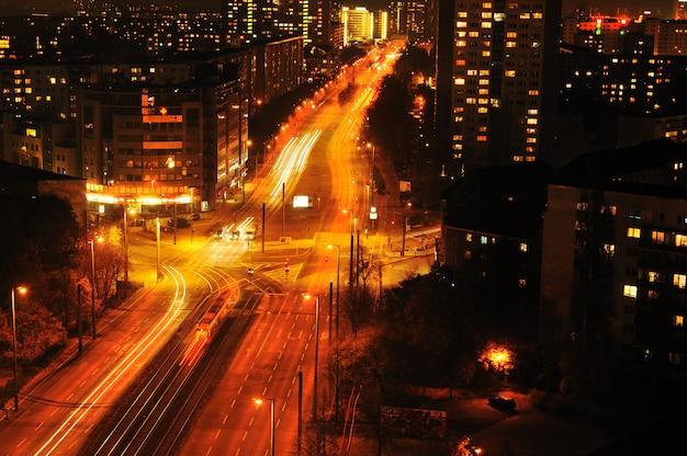 Città urbana moderna alla notte con traffico dell'autostrada Foto Premium
