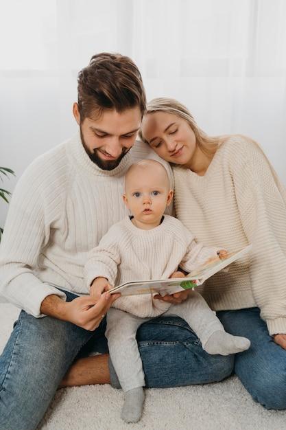 Mamma e papà con un bambino a casa Foto Premium