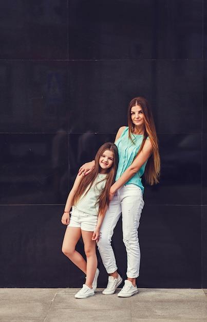 Mamma con sua figlia che indossa la maglietta Foto Premium