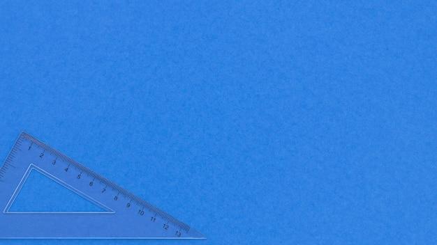 Sfondo blu monocromatico spazio copia e righello trasparente Foto Premium