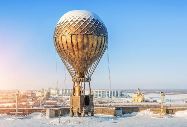 Monumento a jules verne in mongolfiera su un'alta sponda del fiume oka a nizhny novgorod Foto Premium