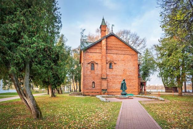 Monumento a tsarevich dmitry vicino alle antiche camere del cremlino uglich all'inizio della mattina d'autunno Foto Premium