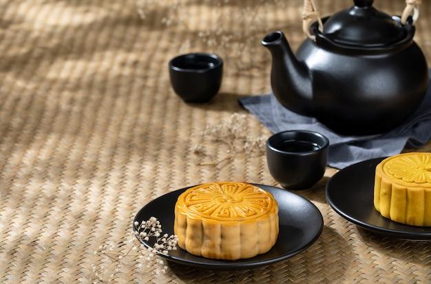 Moon il dolce con la tazza di tè caldo sui precedenti di legno della tavola con copyspace per il vostro testo Foto Premium