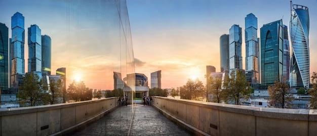 Città di mosca e il suo riflesso nel bicchiere al tramonto Foto Premium
