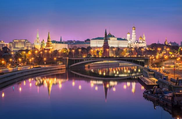 Cremlino di mosca e il ponte bolshoi kamenny con specchio riflesso sotto il cielo rosa Foto Premium