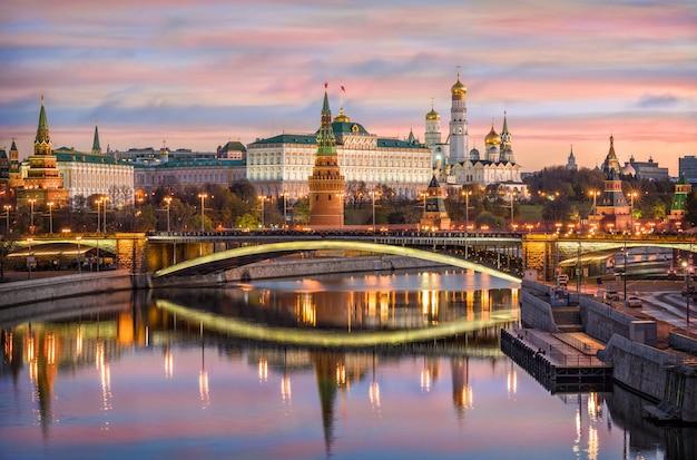 Cremlino di mosca e il ponte bolshoi kamenny con riflesso nell'acqua del fiume moskva Foto Premium