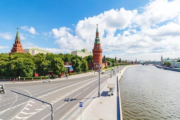Cremlino di mosca e argine kremlevskaya del fiume moscova contro il cielo blu con nuvole bianche nella mattina di sole Foto Premium