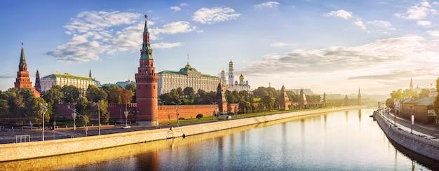 Cremlino di mosca, il terrapieno del cremlino e l'acqua del fiume mosca nei raggi dell'alba Foto Premium