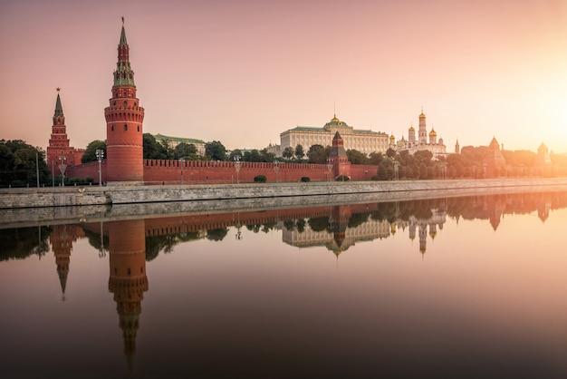 Cremlino di mosca, l'argine del cremlino con uno specchio riflesso nell'acqua del fiume mosca Foto Premium