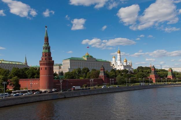 Cremlino di mosca sul fiume di mosca, russia. bella vista sul famoso centro di mosca in estate. paesaggio della città di mosca la sera. Foto Premium