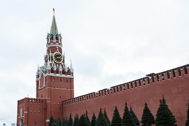 Cremlino di mosca, torre dell'orologio spasskaya, piazza rossa Foto Premium