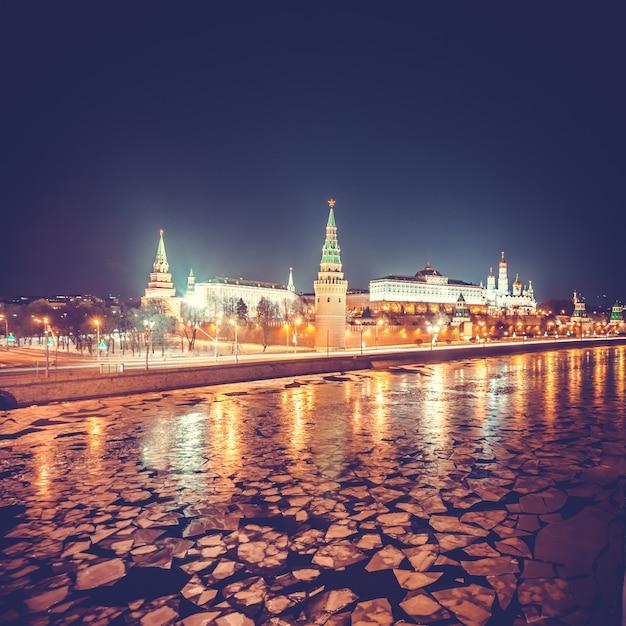 Cremlino di mosca nella sera d'inverno. russia Foto Premium