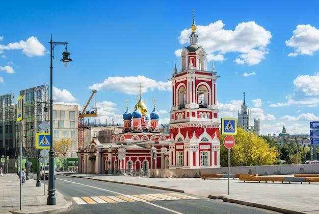 Mosca. chiesa di san giorgio su varvarka street e grattacielo sull'argine di kotelnicheskaya Foto Premium