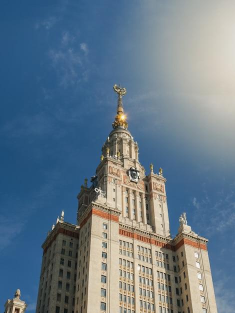 Torre dell'università di mosca al sole Foto Premium