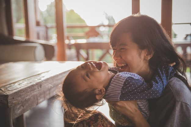 Gioco della ragazza del bambino e della madre Foto Premium