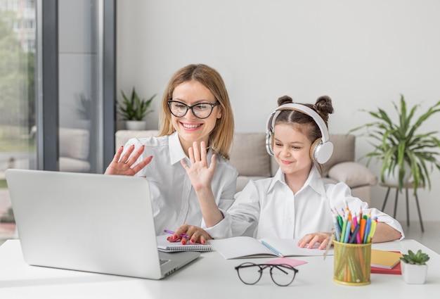 Madre e figlia che partecipano a un corso online Foto Premium