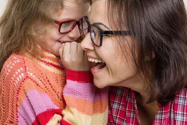 Madre e figlia sussurrando pettegolezzi Foto Premium