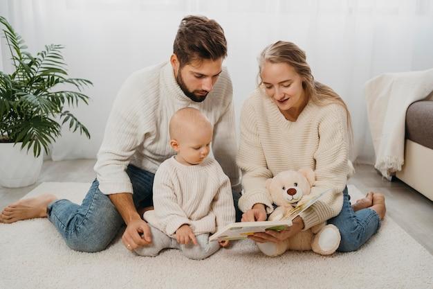 Madre e padre a casa con il loro bambino Foto Premium