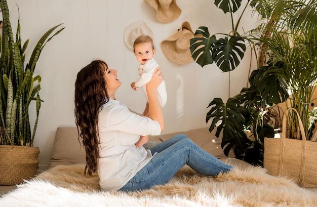 La madre solleva la bambina tra le braccia e la guarda Foto Premium