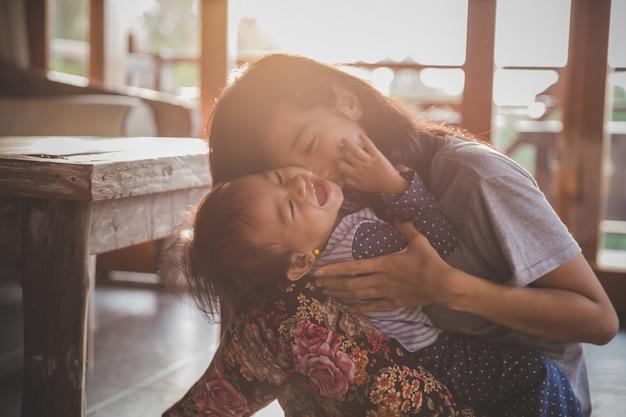 Madre che gioca con la figlia Foto Premium