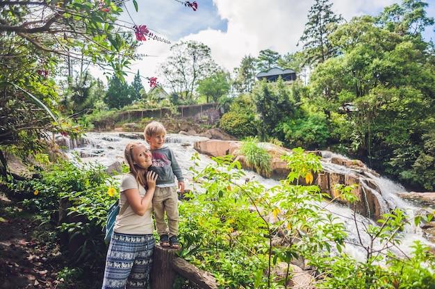 Madre e figlio sulla superficie della bellissima cascata camly nella città di da lat, Foto Premium