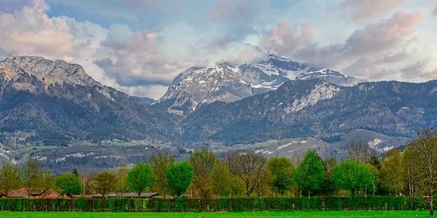 Paesaggio di montagna nelle alpi francesi annecy Foto Premium