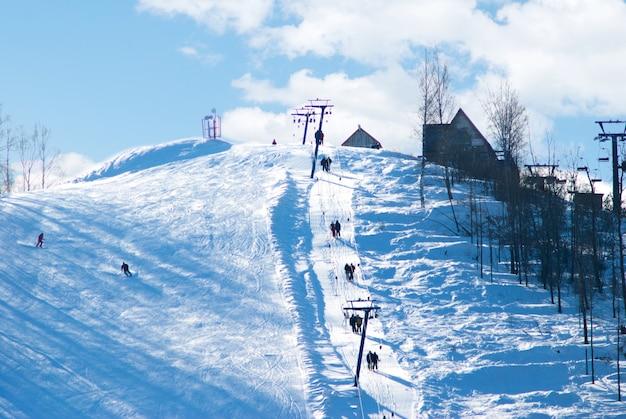 Pista da sci di montagna e funicolare nella foresta di betulle Foto Premium