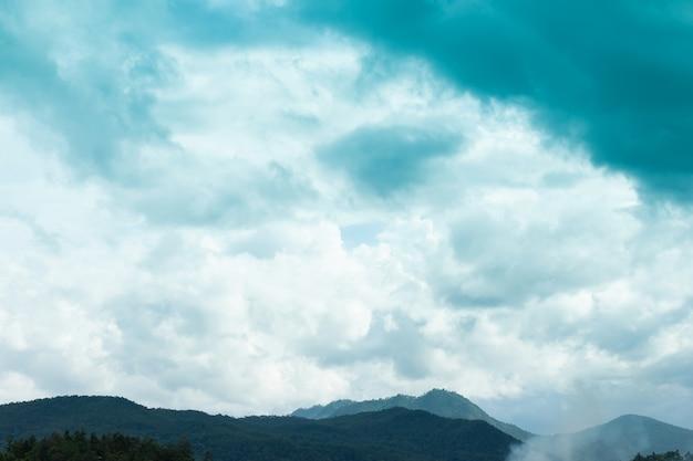 Mountain view e bel cielo e belle nuvole sul cielo blu Foto Premium