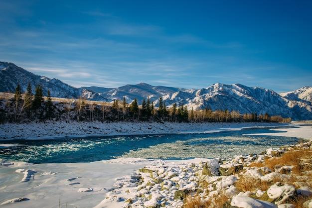 Valle delle montagne ricoperta di neve Foto Premium