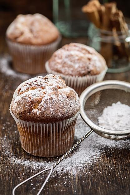Muffin con uvetta. torta fatta in casa con zucchero a velo Foto Premium