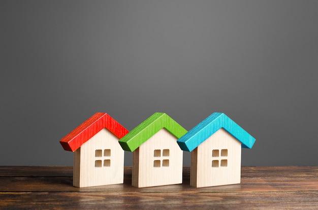 Case in legno colorate. alloggio comodo ed economico. Foto Premium