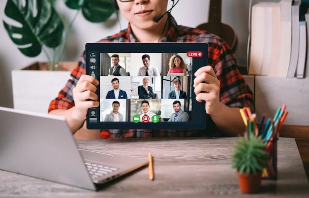 Gente di affari multietnica che si incontra Foto Premium