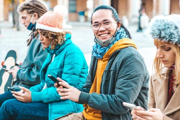 Gli amici multirazziali che utilizzano il monitoraggio del telefono cellulare si sono diffusi Foto Premium