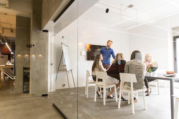 Team di aziende moderne multirazziali che sviluppano la strategia dell'azienda in ufficio Foto Premium