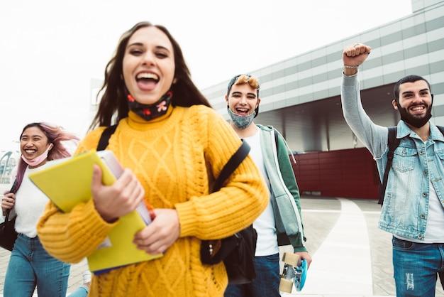 Studenti multirazziali che camminano sulla strada della città Foto Premium