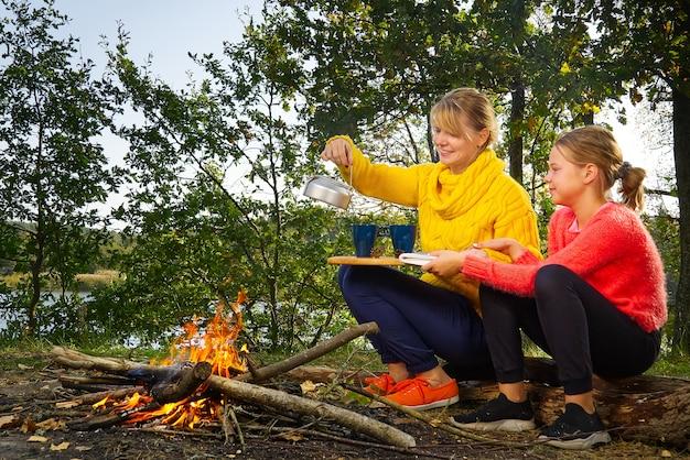 Mamma e figlia trascorrono del tempo insieme nella foresta Foto Premium