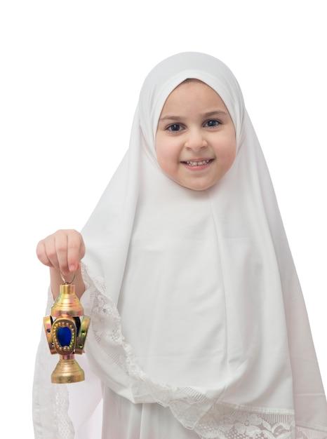 Ragazza musulmana in hijab bianco con lanterna di ramadan Foto Premium