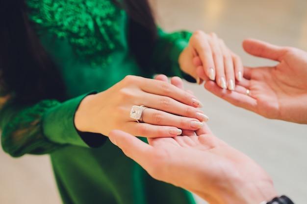 Matrimonio nazionale. sposa e sposo. matrimonio coppia musulmana durante la cerimonia di matrimonio. matrimonio musulmano. Foto Premium