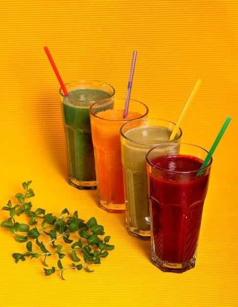 Succhi freschi naturali di zucca, barbabietole, mele e una bevanda di spirulina Foto Premium