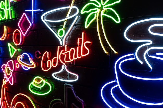 Forme assortite al neon su una parete nera. Foto Premium