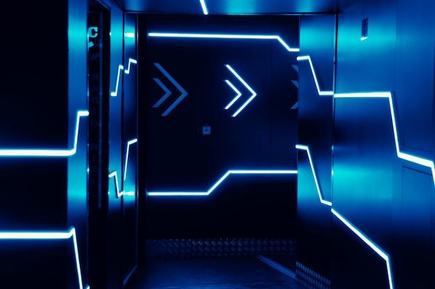 Luci al neon all'ingresso di un night club. luci blu luminose Foto Premium