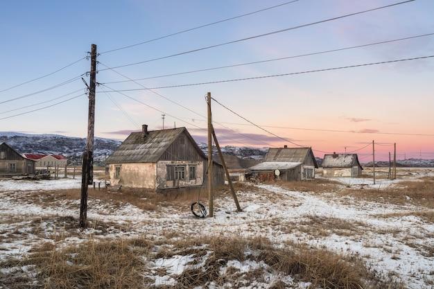 Una rete di cavi e pali del telegrafo Foto Premium