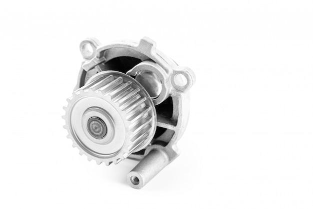 Nuova pompa per automobili in metallo per il raffreddamento di una pompa idraulica del motore su un bianco. il concetto di nuovi pezzi di ricambio per il motore dell'auto Foto Premium
