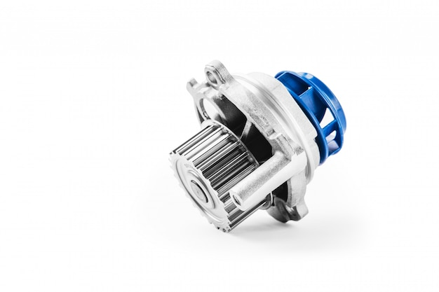 Nuova pompa per automobili in metallo per il raffreddamento di una pompa dell'acqua del motore su una superficie bianca. il concetto di nuovi pezzi di ricambio per il motore dell'auto Foto Premium