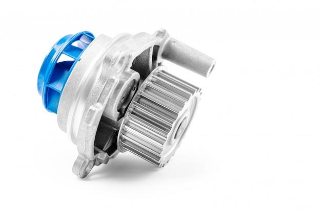 Nuova pompa per automobili in metallo per il raffreddamento di una pompa idraulica del motore su un bianco. Foto Premium