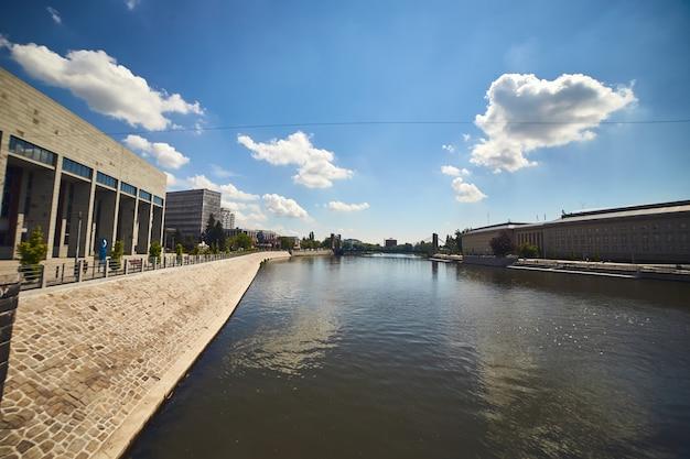 Nuovi edifici di architettura moderna nel centro della città di wroclaw, polonia Foto Premium