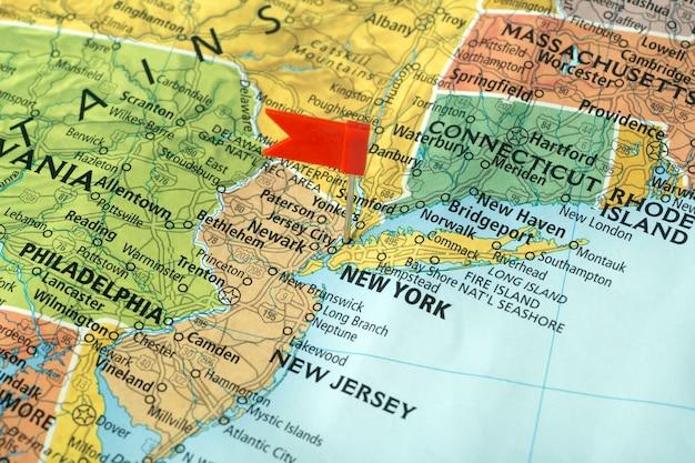 New york sulla mappa degli stati uniti. viaggia negli usa Foto Premium
