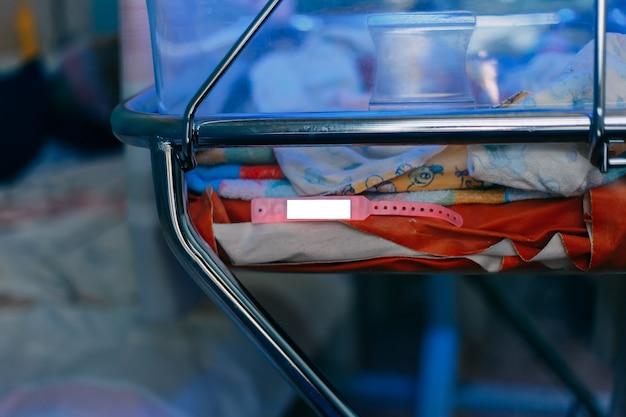 Neonato che si trova sotto la lampada blu a causa della bilirubina Foto Premium
