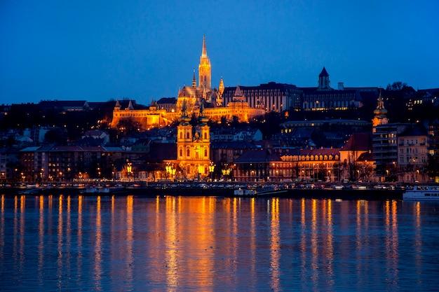 Paesaggio urbano notturno di budapest con la basilica di santo stefano, fiume danubio - immagine. Foto Premium